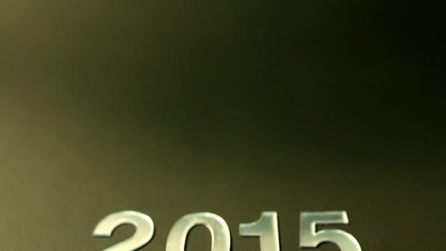 vídeos de stock e filmes b-roll de vidro número 2015 no fundo verde conceito de ano novo - copo vazio