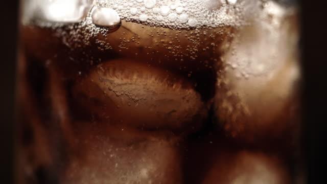 vídeos de stock, filmes e b-roll de slo mo vidro de um refrigerante com gelo - sedento