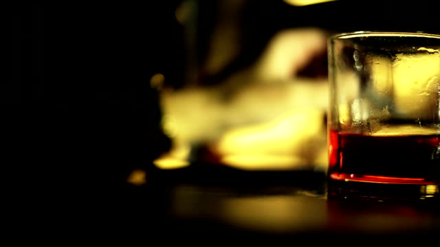 glas alcohol.close bis - alkoholisches getränk stock-videos und b-roll-filmmaterial