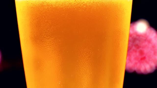 vídeos y material grabado en eventos de stock de vaso de cerveza. fuegos artificiales sobre fondo - bebida con espuma