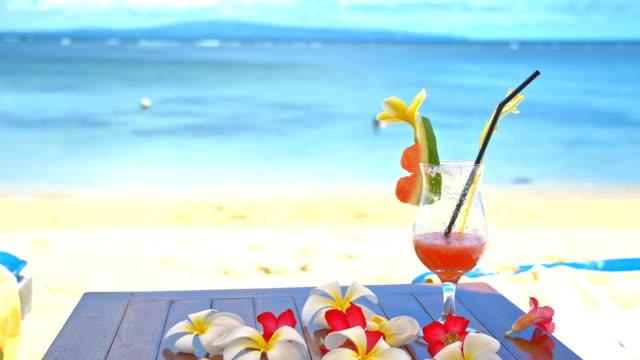 vídeos y material grabado en eventos de stock de ms copa de cóctel sobre balinés playa - cóctel tropical