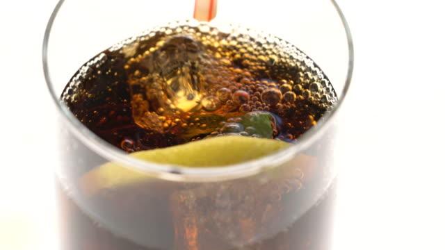 ビューの上からレモンとコーラのガラス - ウォッカ点の映像素材/bロール