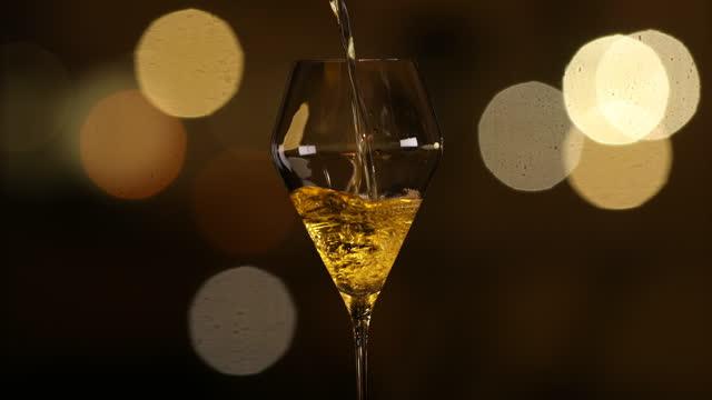 グラス・オブ・デザート・ワイン - 中心点の映像素材/bロール