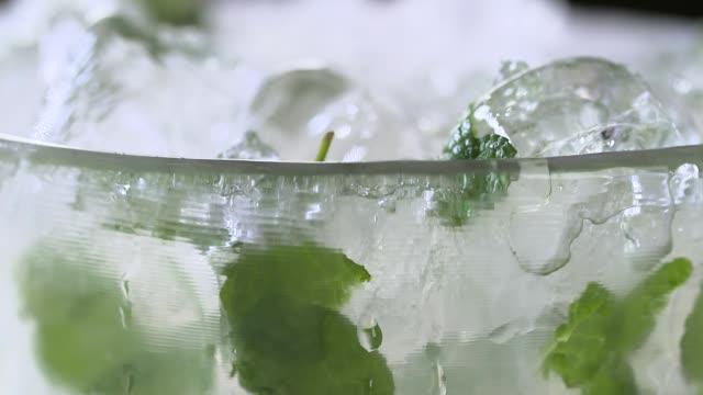 vídeos de stock e filmes b-roll de a glass of mojito with ice - bebida fresca