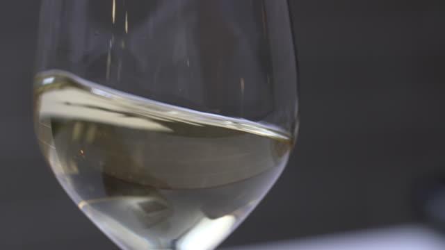 vídeos y material grabado en eventos de stock de glass of white wine being swirled - balancearse