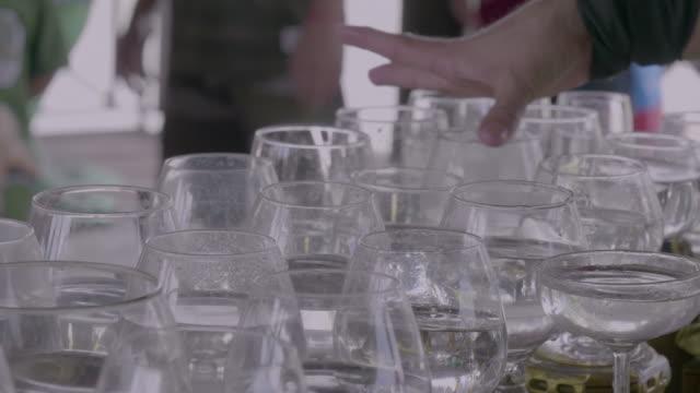 glas-spieler - trinkglas stock-videos und b-roll-filmmaterial