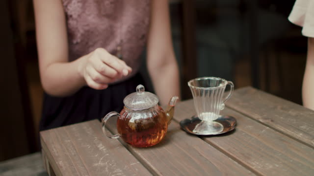 glass teapot and cup on wooden table in restaurant in tokyo, japan. - svart te bildbanksvideor och videomaterial från bakom kulisserna