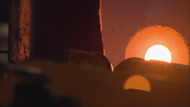 cu glass turning by furnace in glass factory / kosta, sweden - glasbläser stock-videos und b-roll-filmmaterial