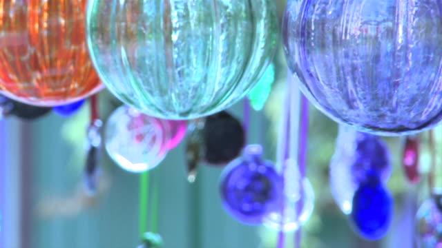 ガラスウィンドチャイムズミディアムショット - ベル点の映像素材/bロール