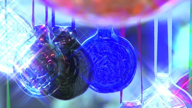 ガラスウィンドチャイムズ星フィルタのクローズアップ - ベル点の映像素材/bロール