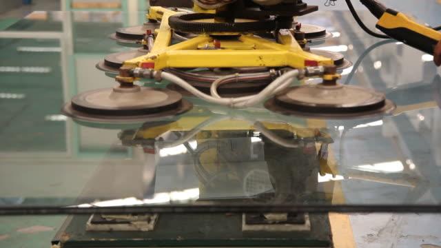 hd: glas mit staubsauger machine - vakuum stock-videos und b-roll-filmmaterial