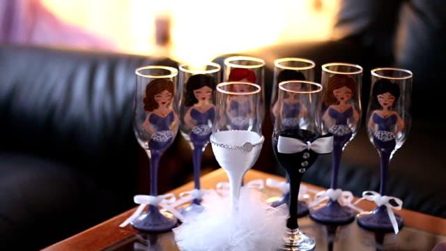vídeos de stock, filmes e b-roll de copos para champanhe fica na mesa em frente para a noiva e damas de honra - número 8