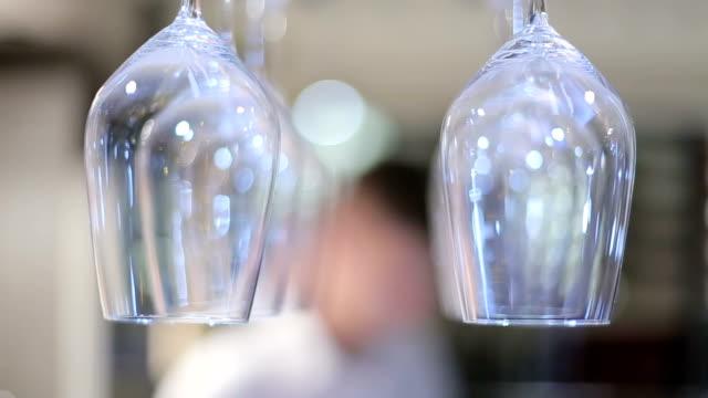 vidéos et rushes de verres dans le restaurant - champagne