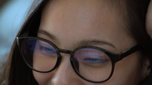 glasses reflection asia woman - organizzatore elettronico video stock e b–roll