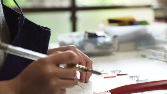 ガラス器製造職人が自宅のアトリエでガラス アクセサリーを作る - craft点の映像素材/bロール