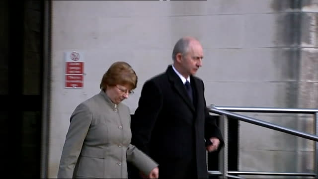 trial of mine manager malcom fyfield swansea swansea crown court malcolm fyfield from court with woman and into car - direttrice video stock e b–roll