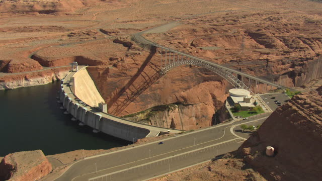 ws aerial glen canyon dam and bridge for cars / arizona, united states - glen canyon staudamm stock-videos und b-roll-filmmaterial