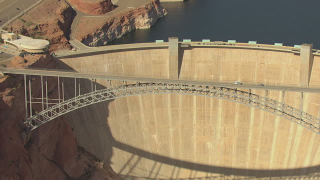 ws aerial zi glen canyon dam and cars driving over bridge / arizona, united states - glen canyon staudamm stock-videos und b-roll-filmmaterial