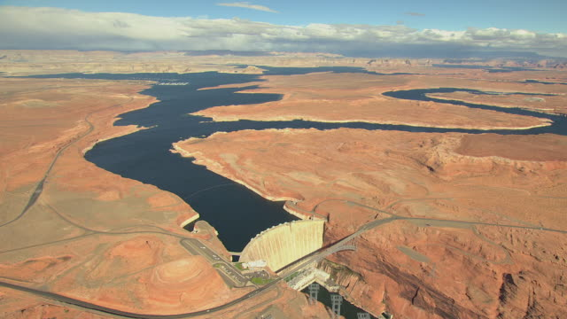 ws aerial glen canyon dam and rivers / arizona, united states - glen canyon staudamm stock-videos und b-roll-filmmaterial