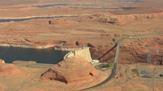 ws aerial zo glen canyon dam and surrounding landscape / arizona, united states - glen canyon staudamm stock-videos und b-roll-filmmaterial