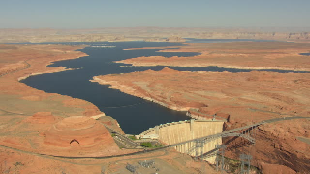 ws aerial zi glen canyon dam and surrounding landscape / arizona, united states - glen canyon staudamm stock-videos und b-roll-filmmaterial