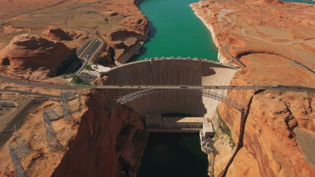stockvideo's en b-roll-footage met luchtfoto glen canyon dam op de colorado river in arizona - dam mens gemaakte bouwwerken