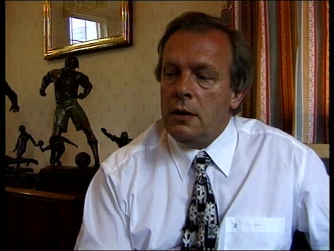 glen hoddle autobiography; itn england: london: int gordon taylor interviewed sot - the players need to trust him & they may well feel worried that... - biografia video stock e b–roll
