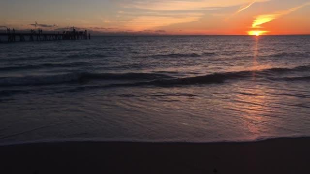 vídeos y material grabado en eventos de stock de glenelg jetty in adelaide south australia at sunset - anochecer