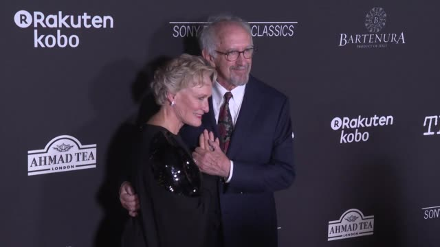 """glenn close and jonathan pryce at the """"the wife"""" los angeles premiere at pacific design center on july 23, 2018 in west hollywood, california. - ジョナサン・プライス点の映像素材/bロール"""