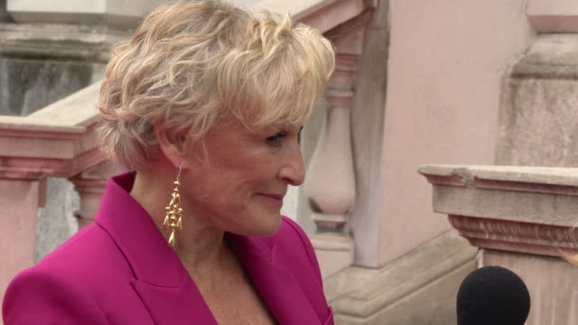 glenn close at 'the wife' uk premiere at somerset house on august 09, 2018 in london, england. - ジョナサン・プライス点の映像素材/bロール