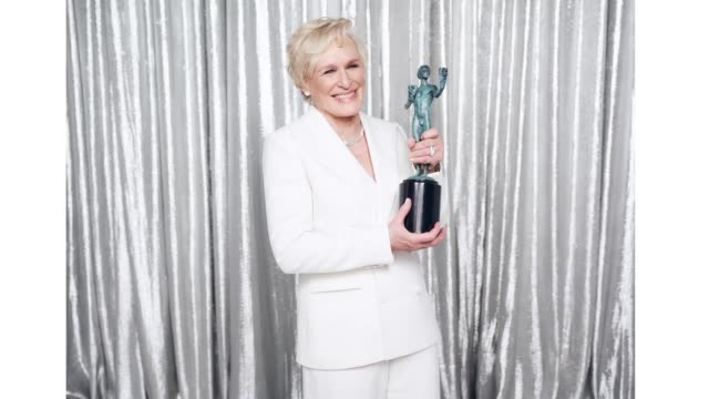 vídeos y material grabado en eventos de stock de glenn close, winner of outstanding performance by a female actor in a leading role for 'the wife,' poses in the press room during the 25th annual... - glenn close