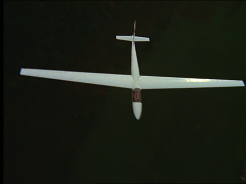 stockvideo's en b-roll-footage met aerial glider flying over farmland - zweefvliegtuig