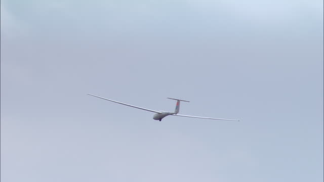 stockvideo's en b-roll-footage met aerial glider in flight/ haute normandie, france - zweefvliegtuig