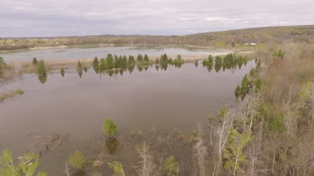 vidéos et rushes de gliding above high water and forest during eastern canada flood - province du québec
