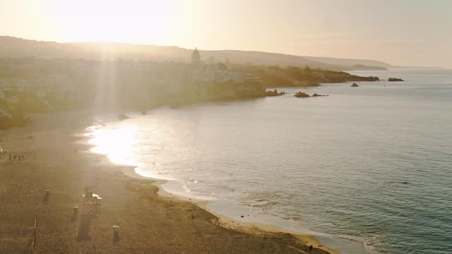vidéos et rushes de glisse au-dessus de l'océan pacifique à partir de corona del mar state beach - aérien - mar