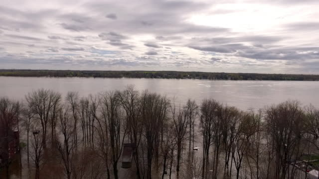 gliding towards flooded houses and overflowing river during eastern canada flood - notfallplan konzepte stock-videos und b-roll-filmmaterial