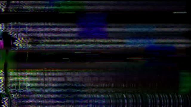 glitch tv statisches rauschen verzerrte signalprobleme - aufnahmegerät stock-videos und b-roll-filmmaterial