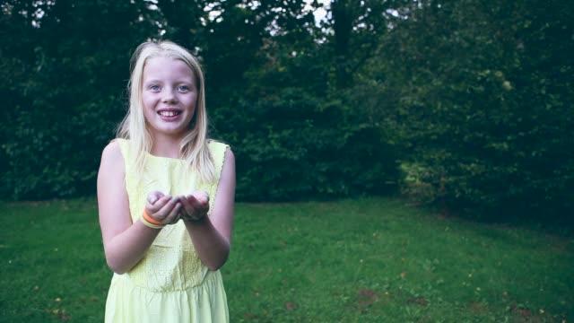 vídeos y material grabado en eventos de stock de glitter girl - manos ahuecadas
