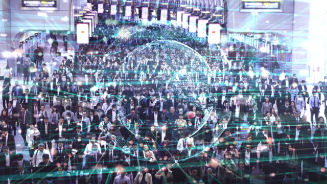vídeos de stock, filmes e b-roll de tecnologia global de comunicação com passageiros de multidões de pedestres em tóquio, japão - grupo grande de pessoas