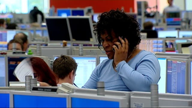 vidéos et rushes de stock markets plummet worldwide black woman trader standing talking on phone - tous types de crises