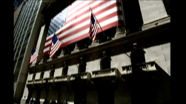 vidéos et rushes de house of representatives vote against rescue plan ext new york stock exchange building with us flag outside and wall street sign - bourse de new york
