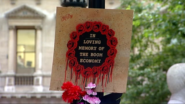 US government to buy bank shares / UK inflation reaches 52 percent ENGLAND London EXT Lamppost with flowers and messages attached mourning the end of...