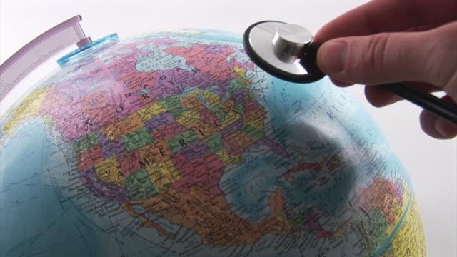 vídeos de stock e filmes b-roll de global de saúde - globo terrestre de escritório