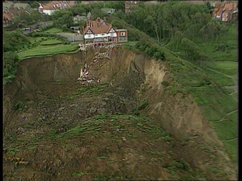 weather research centre global warming weather research centre yorkshire scarborough hotel sitting on edge of eroded cliff - 英国スカーブラ点の映像素材/bロール