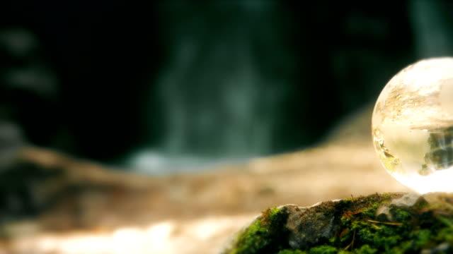 vídeos y material grabado en eventos de stock de mundo cerca de la cascada - etéreo descripción física