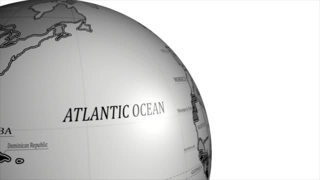 vídeos de stock e filmes b-roll de globo - globo terrestre de escritório