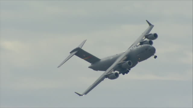 globemaster flying in the sky - aereo militare video stock e b–roll
