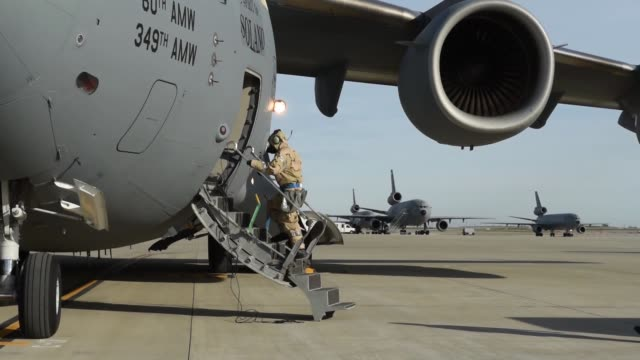 vidéos et rushes de globemaster iii aircrew dons mission oriented protective posture gear at travis air force base calif jan 31 2018 the airmen were participating in a... - posture