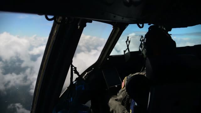 vidéos et rushes de globemaster iii aircrew with the 3rd airlift squadron dover air force base delaware conduct offsite training at joint base charleston south carolina - armée de l'air américaine