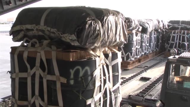 stockvideo's en b-roll-footage met globemaster iii crew members from the 816th expeditionary airlift squadron load pallets at kandahar airfield, afghanistan, and perform an airdrop... - operation enduring freedom